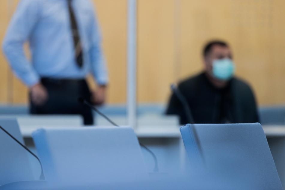 Ein mutmaßlicher IS-Terrorist (30) aus Wuppertal hat vor dem Düsseldorfer Oberlandesgericht ein Teilgeständnis (Auftrag zur Ermordung) abgelegt.