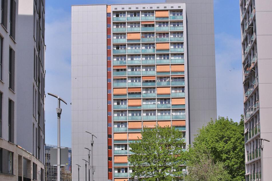 Im Oktober flog aus dem siebenten Stock an der Reitbahnstraße plötzlich eine Tasche voller Drogen vom Balkon.