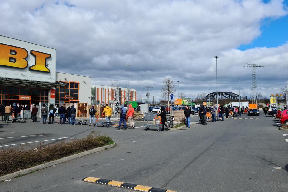 Da waren wohl noch einige Besorgungen nötig: Vor dem OBI-Baumarkt hinter dem Hauptbahnhof bildete sich eine lange Schlange.