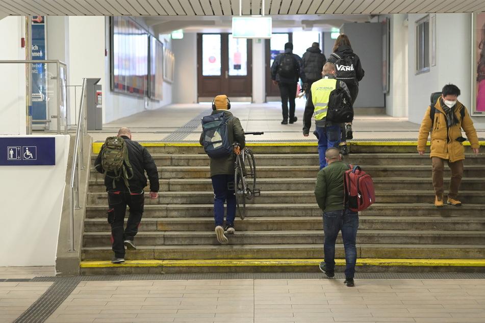 Tragen statt schieben: Die Unterführung des Chemnitzer Hauptbahnhofes ist bisher nichts für Fahrräder, Rollstühle und Co.