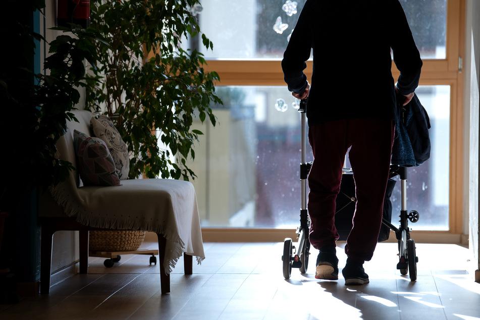 Manche Pflegeheimbewohner werden über Weihnachten allein bleiben. (Archivbild)