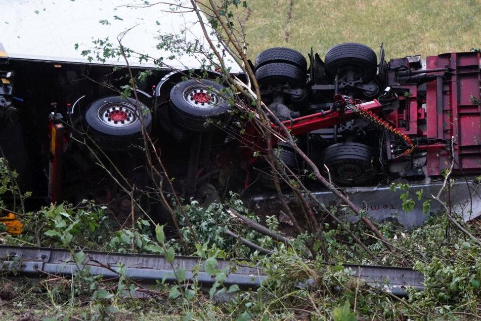 """""""Gigaliner""""-Lastwagen durchbricht Leitplanke: Fahrer schwer verletzt"""