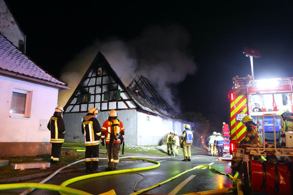 Flammenhölle zerstört Wohnhaus: Mann schafft es nicht mehr nach draußen