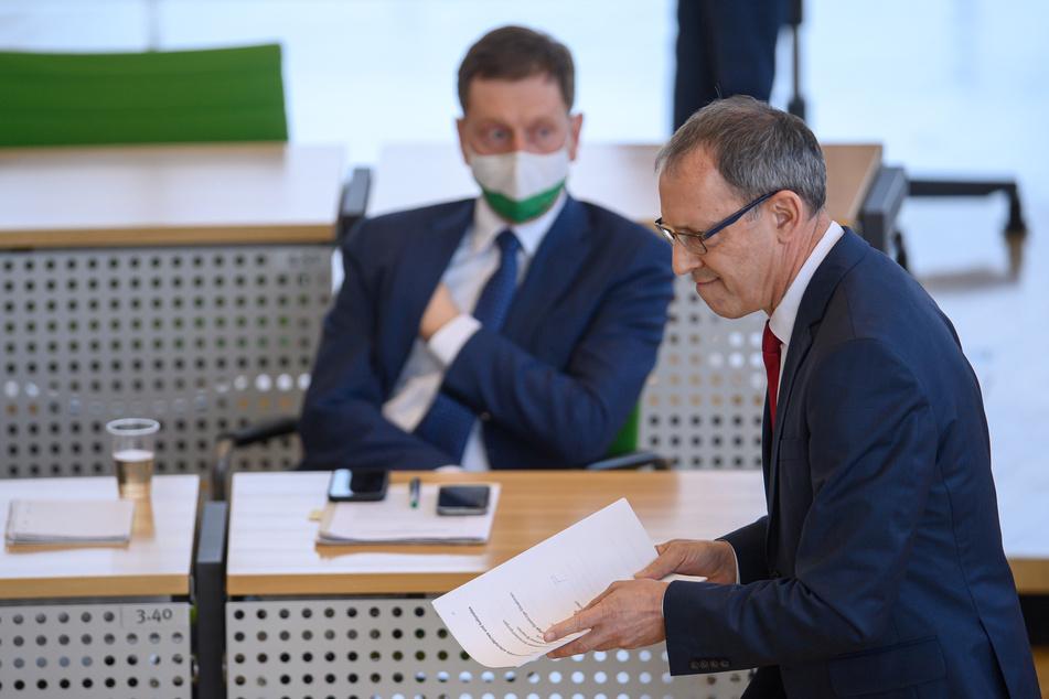 Jörg Urban (57, r), Vorsitzender der AfD in Sachsen, geht nach seiner Rede an Ministerpräsident Michael Kretschmer (45, CDU) vorbei.