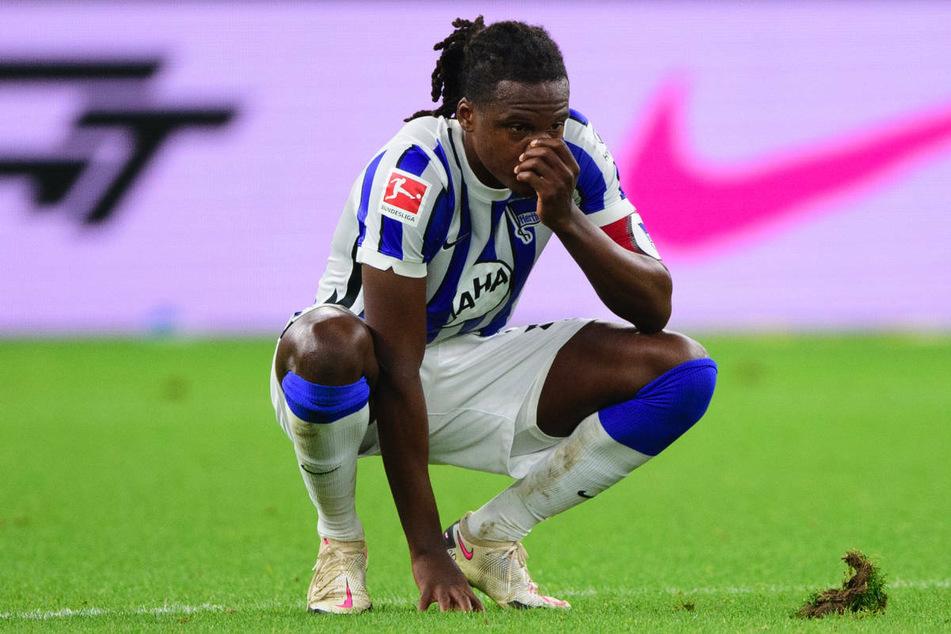 Dedryck Boyata (30) hockt im November nach dem 1:1 gegen den VfL Wolfsburg auf dem Rasen des Berliner Olympiastadions. Der Hertha-Abwehrchef wurde trotz seiner langen Verletzungspause für die belgische Nationalmannschaft angefordert.