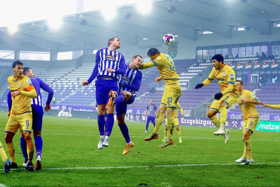 Steve Breitkreuz (4.v.l.) verlängerte den Ball vorm Treffer von Florian Krüger zum 1:1.