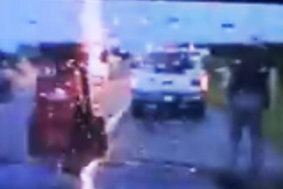 Der Blitz schlug nur wenige Meter vom Polizisten entfernt in die Autobahn 44 in Oklahoma ein.