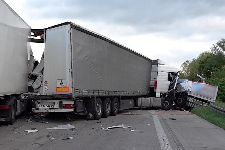 Drei Lastwagen wurden ineinandergeschoben und schwer beschädigt.