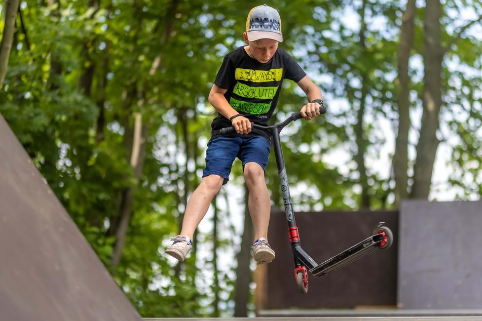 Kleine und große Luftsprünge sind mit dem Roller oder BMX-Rad auf der Rampe möglich.