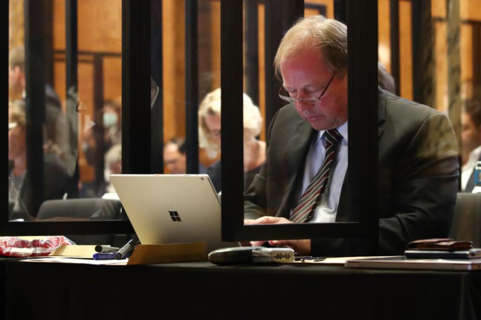 Dirk Nockemann (62) von der AFD sitzt im Plenarsaal an seinem Laptop.