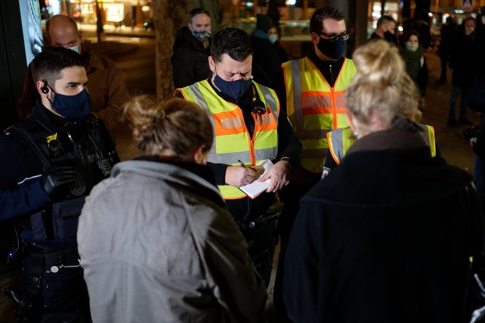 Die Corona-Regeln werden auch zu Silvester kontrolliert. Ohne Maske kostet 60 Euro.