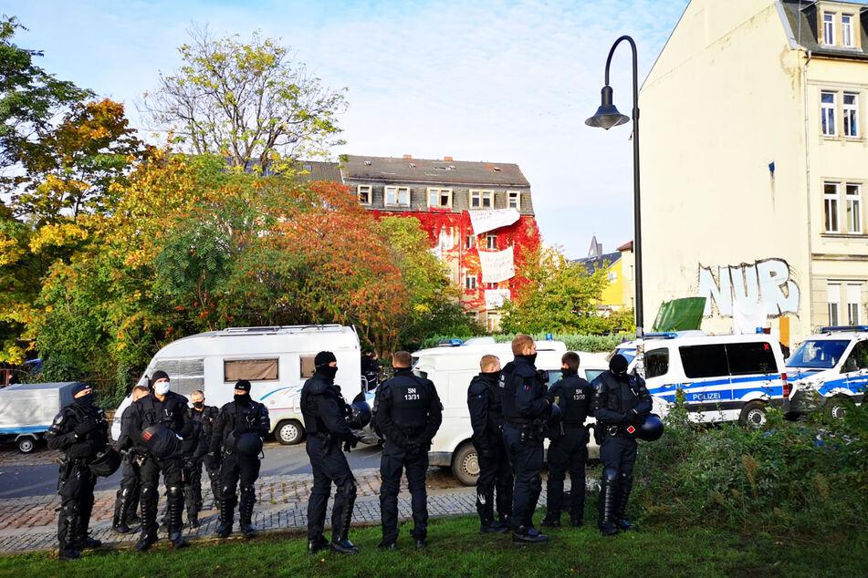 In voller Montur wollen Einsatzkräfte die Besetzer aus dem Haus holen.