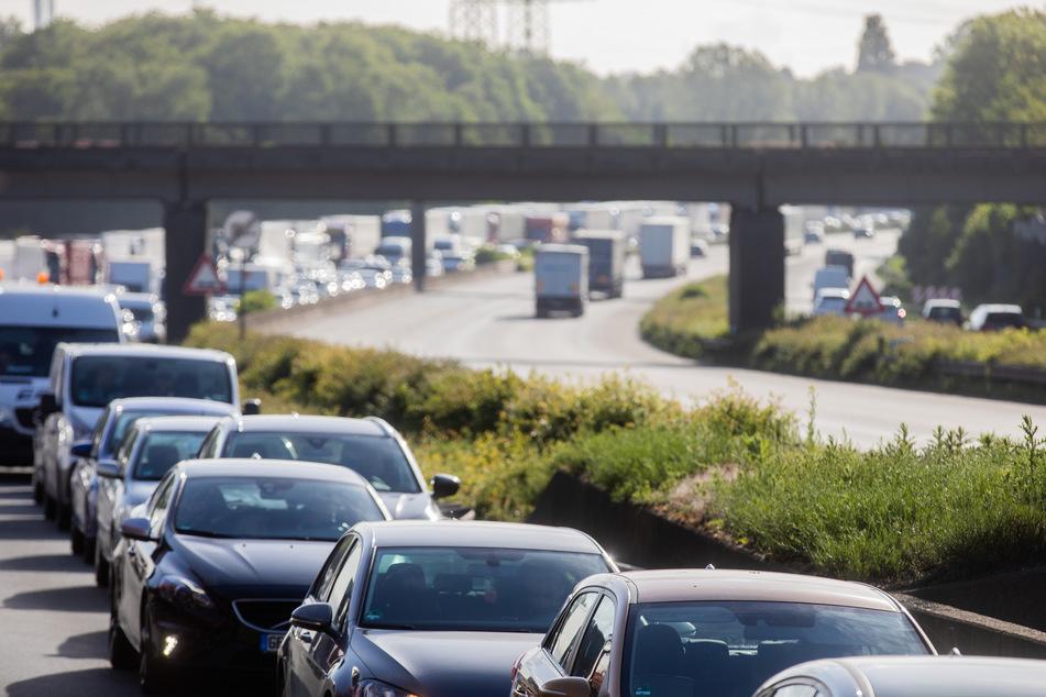 Der Verkehr wird einspurig an der Unfallstelle vorbeigeführt (Symbolbild).