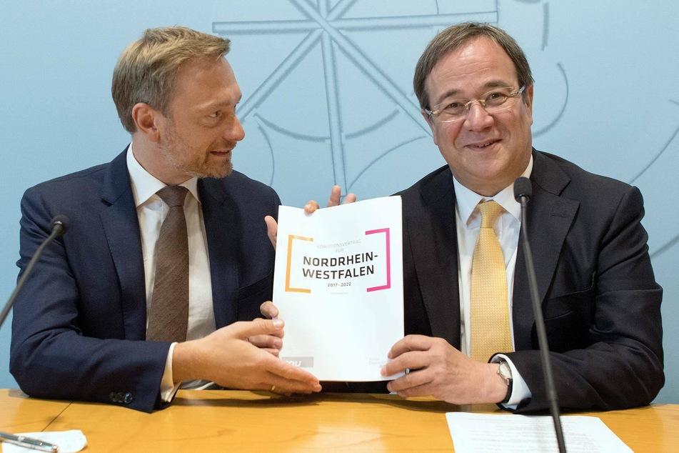 Die Parteivorsitzenden Armin Laschet (60, CDU, r.) und Christian Lindner (42, FDP) präsentieren am 16.06.2017 in Düsseldorf den Koalitionsvertrag. (Archivfoto)
