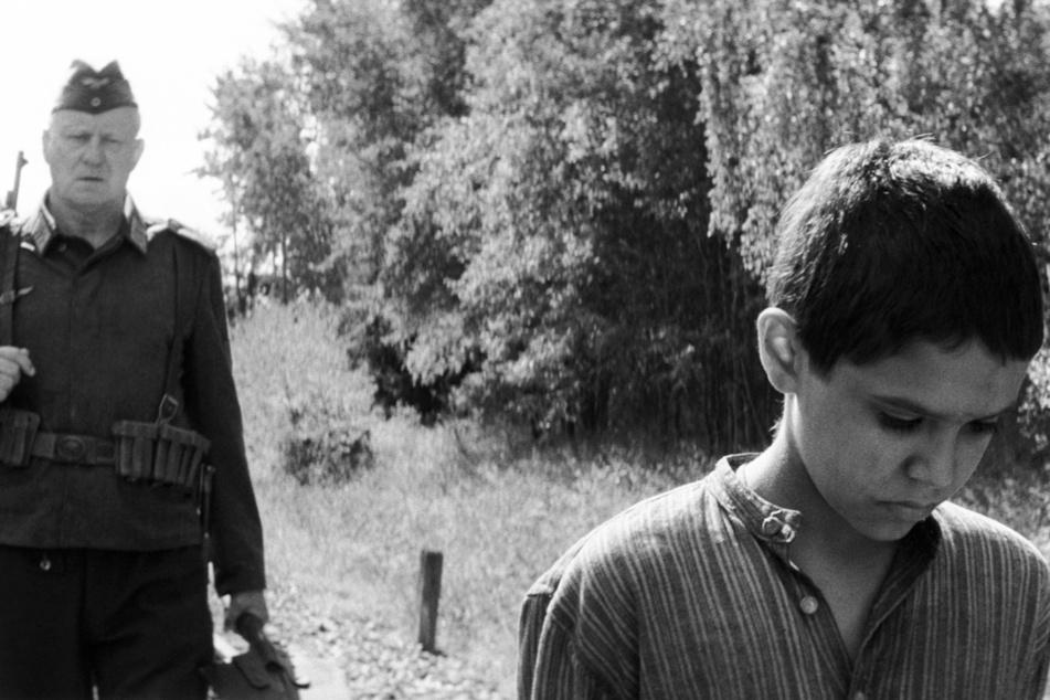 Der deutsche Soldat Hans (Stellan Skarsgard, 70, l.) soll den jüdischen Jungen Joska (Petr Kotlar, 14) im Wald erschießen.