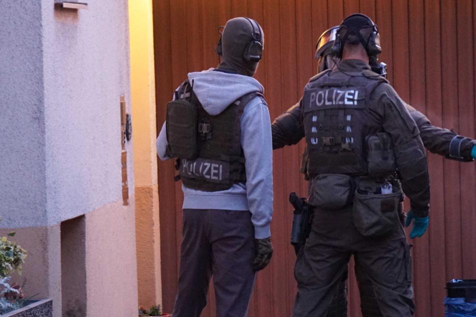 SEK stürmt Wohnung: Angreifer soll auf Mann geschossen haben und befindet sich auf der Flucht!