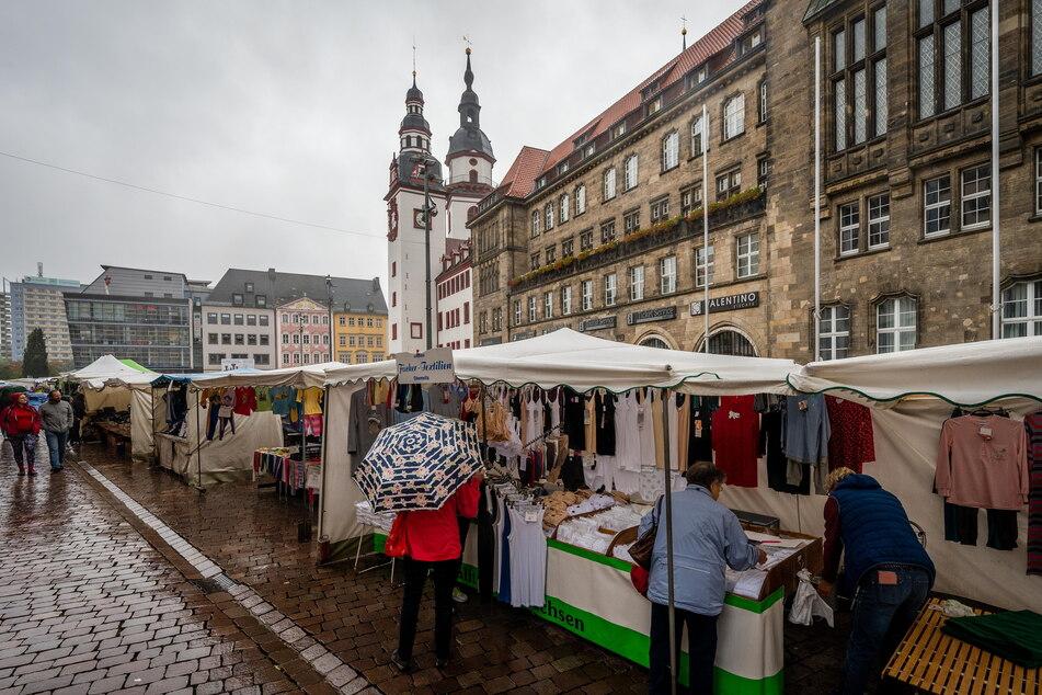 """Trotz regnerischen Wetters kamen viele Chemnitzer zum """"Schlüpfermarkt""""."""