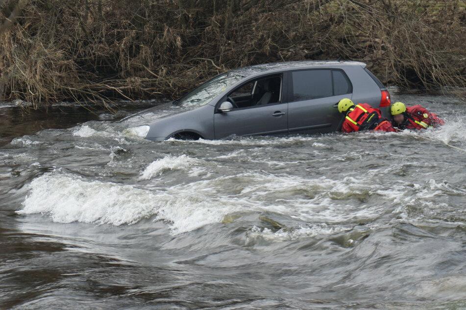 Pärchen wollte offenbar Abkürzung durch Fluss nehmen, doch das war keine gute Idee!