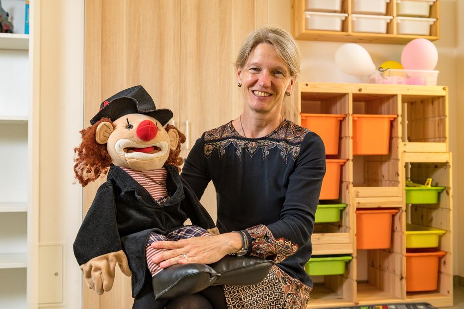 Dr. Katja Albertowski (52), Oberärztin an der Klinik für Kinder und Jugendpsychiatrie, zeigt eine der Handpuppen, mit denen in der Schule gearbeitet wird.