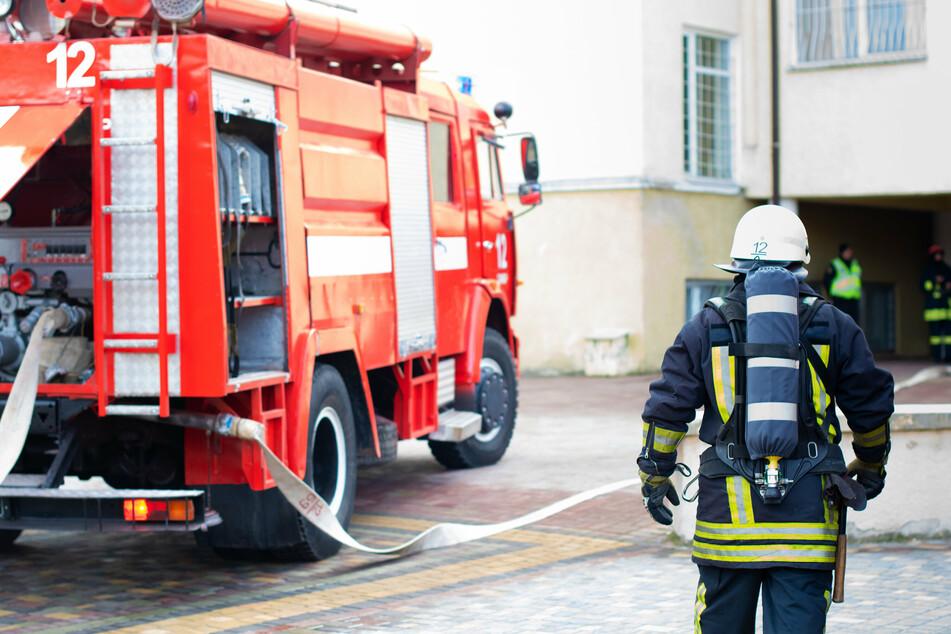 Bei dem Einsatz am Dienstag wurde ein Feuerwehrmann verletzt. (Symbolbild)