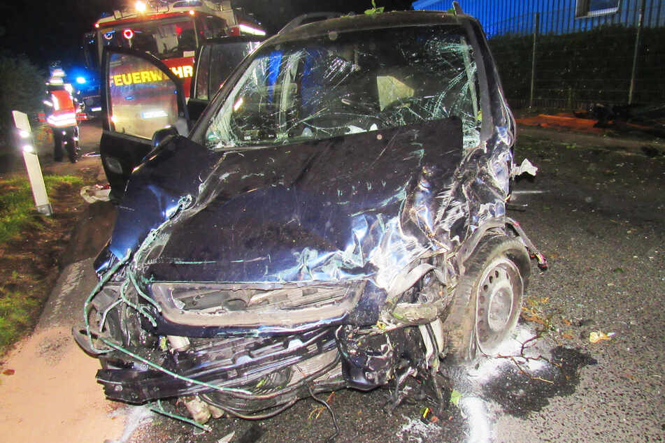 Das Auto musste mit einem Totalschaden abgeschleppt werden.