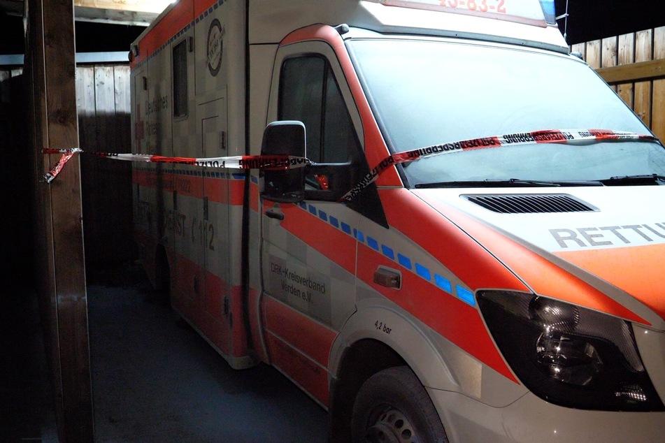 Der beschädigte Rettungswagen steht im Carport.