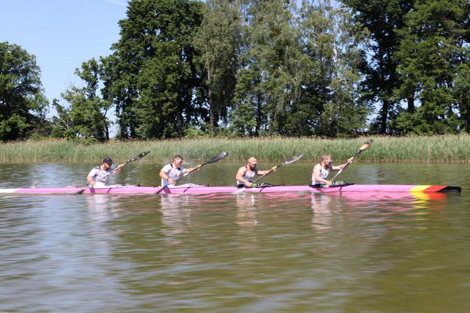 Max Rendschmidt (27), Ronald Rauhe (39), Tom Liebscher (27) und Max Lemke (24) wollen bei Olympia um Gold kämpfen. Allerdings wurde ihr Boot zerstört.