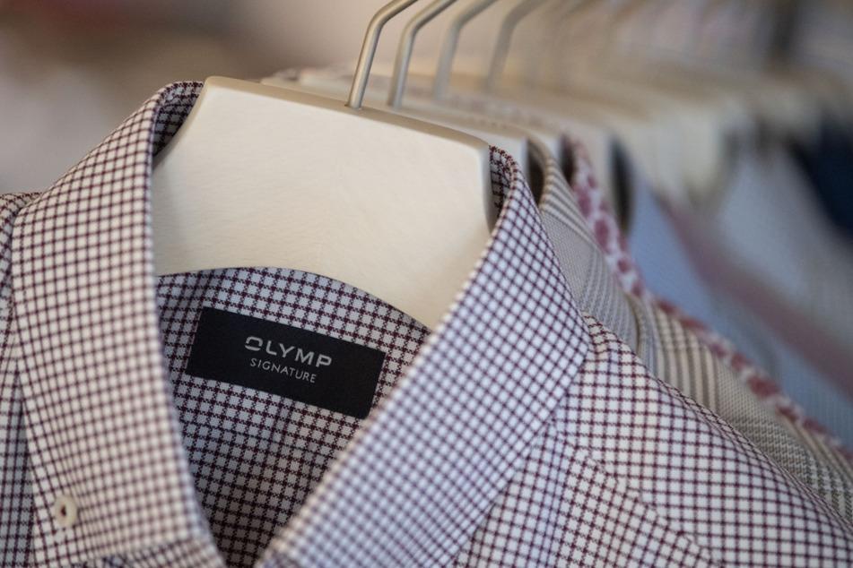 Bietigheim-Bissingen: Hemden des Bekleidungsherstellers Olymp hängen in einem Showroom des Unternehmens an einem Ständer.