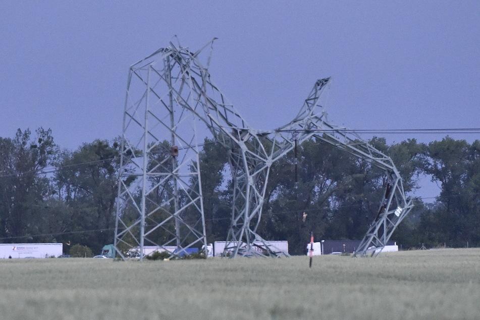Verdrehte Masten einer Hochspannungsleitung an der Autobahn D2 bei Breclav