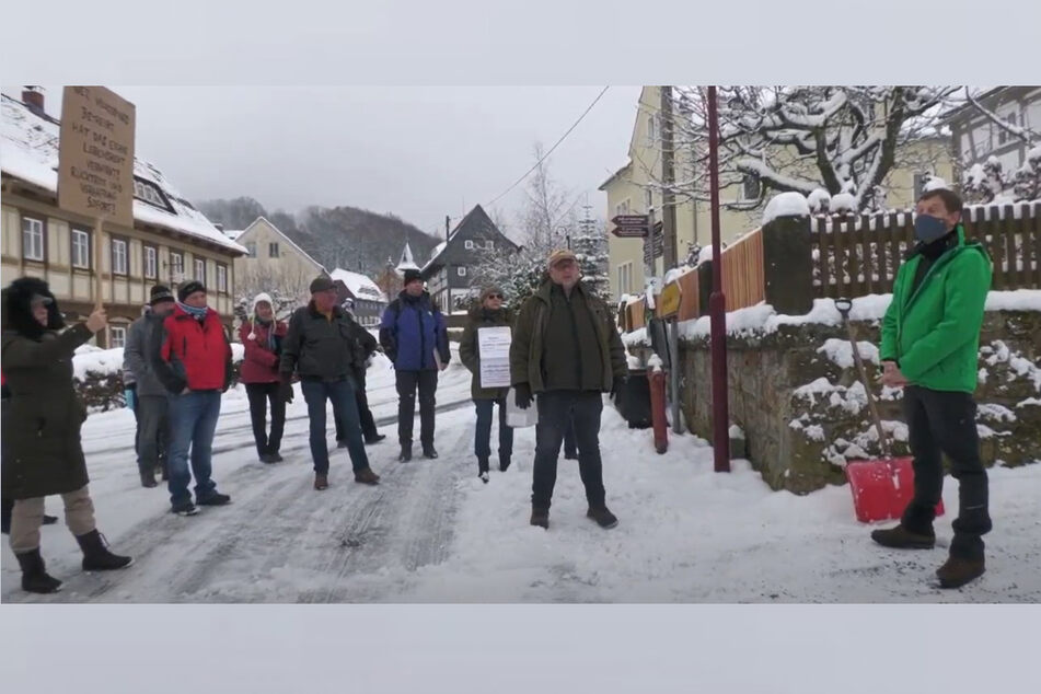 Demonstranten bedrängten MP Michael Kretschmer (46, CDU, r.) im Januar vor seinem Privathaus.