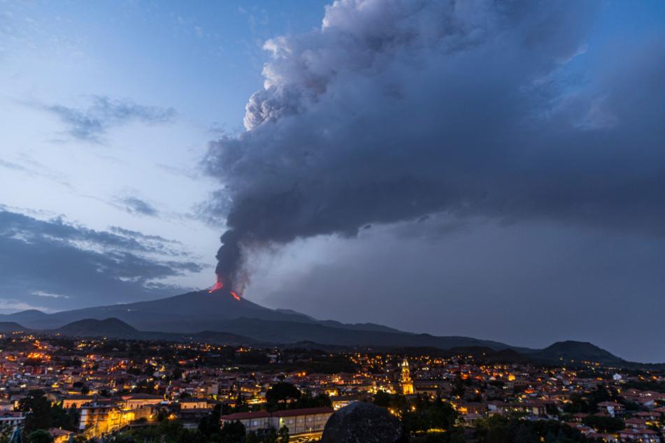 Seit Februar 2021 ist der Vulkan auf der italienischen Insel Sizilien wiederholte Male ausgebrochen.