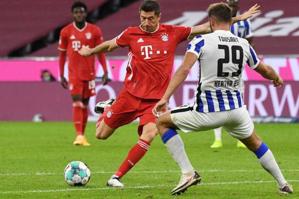 Robert Lewandowski vom FC Bayern München im Zweikampf mit Herthas Lucas Tousart (r.).