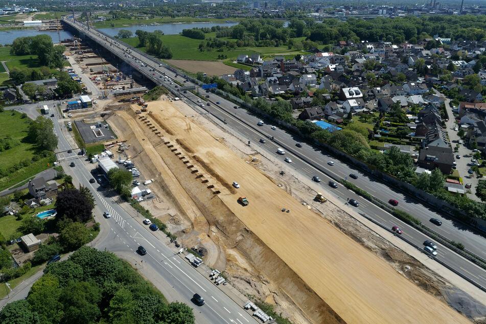 Blick auf die Baustelle der Leverkusener Brücke der A1 am Rhein im Jahr 2019.