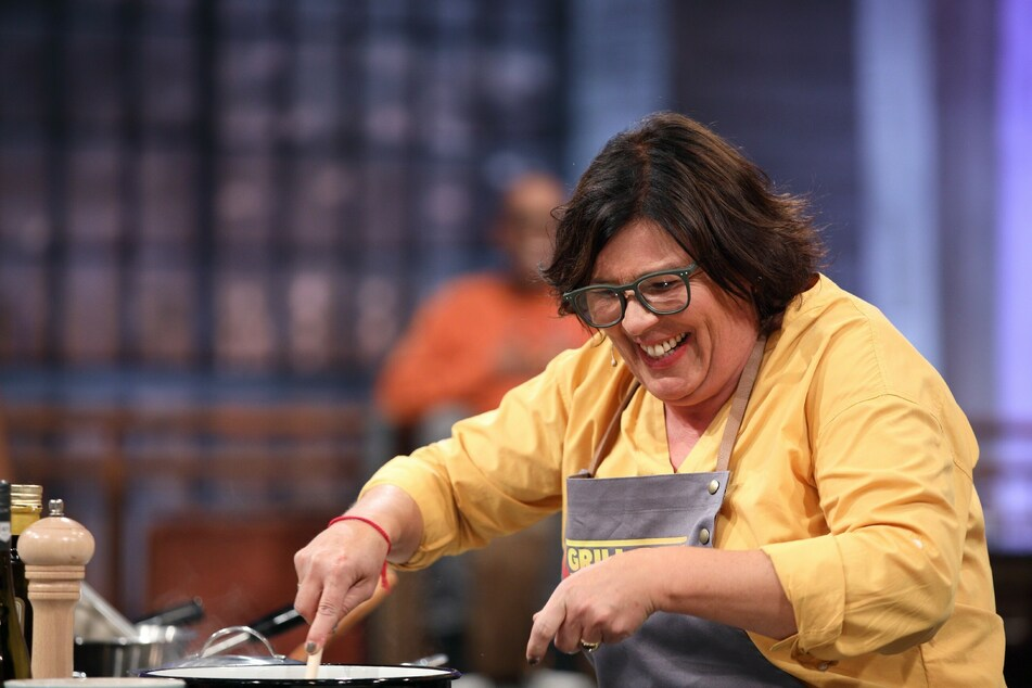 Vera Int-Veen (53) bei der Zubereitung der Hauptspeise.
