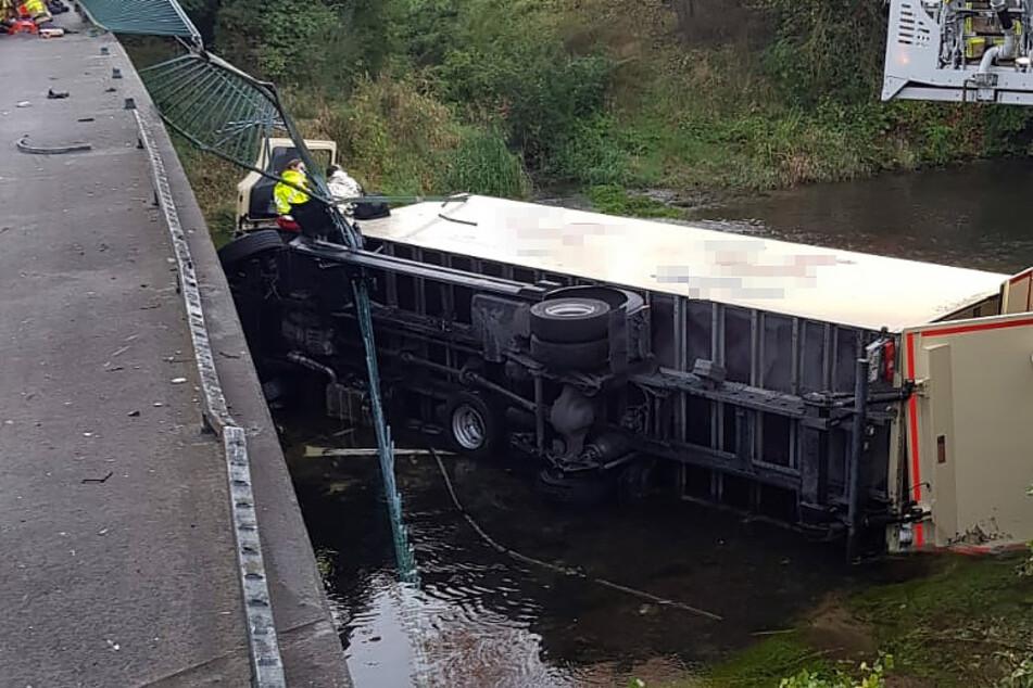Lastwagen durchbricht Geländer und stürzt in Fluss