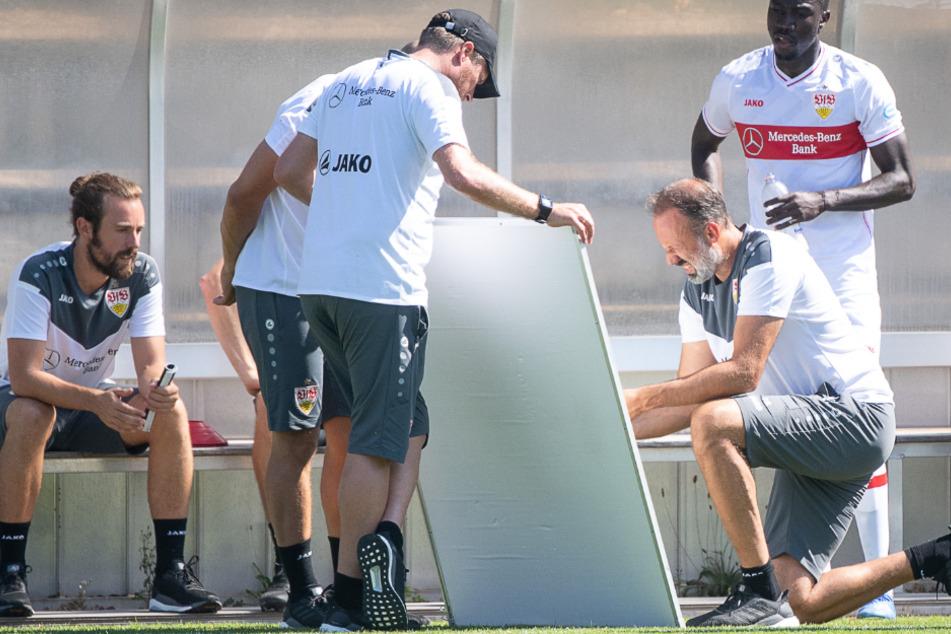 VfB-Coach Pellegrino Matarazzo tüftelt an der Taktiktafel.