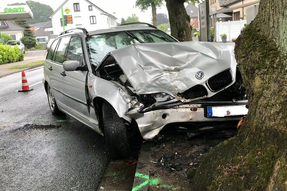 Der BMW kollidierte am Ausgang der Kurve mit einem angrenzenden Straßenbaum.