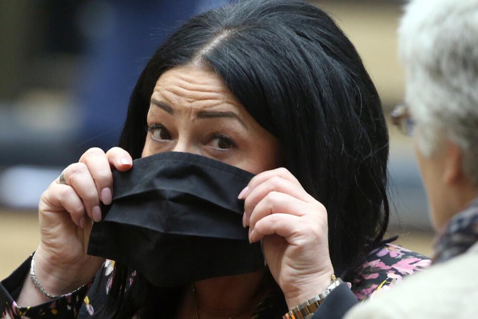 Dilek Kalayci (SPD), Gesundheitssenatorin in Berlin, setzt sich zu Beginn der Bundesratssitzung ihre Schutzmaske auf.