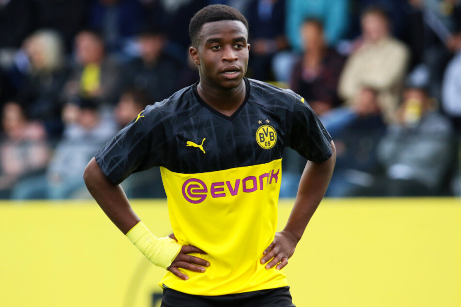 Youssoufa Moukoko (15) antwortete auf die Beleidigungen mit einer starken Leistung auf dem Platz und schoss den BVB mit seinem Dreierpack zum 3:2-Auswärtssieg beim FC Schalke 04.