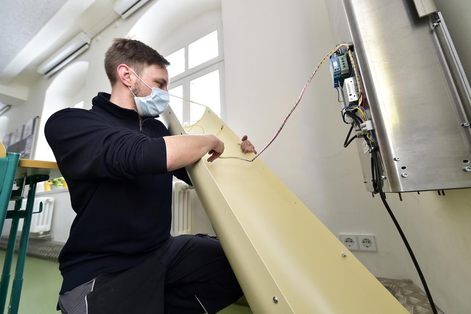 Nico Namyslak (32) montierte am Freitag einen von 20 Luftentkeimern in der Limbacher Goetheschule.
