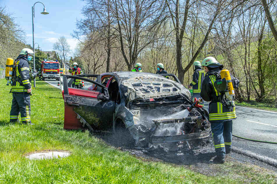 Feuerwehreinsatz in Großrückerswalde am Sonntagmittag: Ein Opel ging während der Fahrt in Flammen auf. Die Fahrerin konnte sich in Sicherheit bringen, wurde allerdings verletzt.