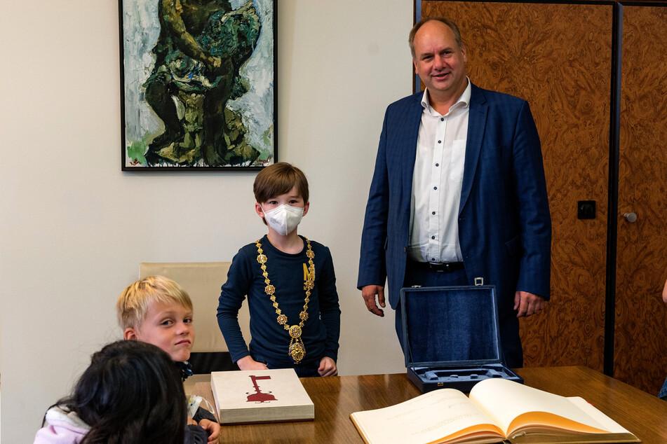 Carlo (8) durfte die goldene Amtskette des Oberbürgermeisters tragen.
