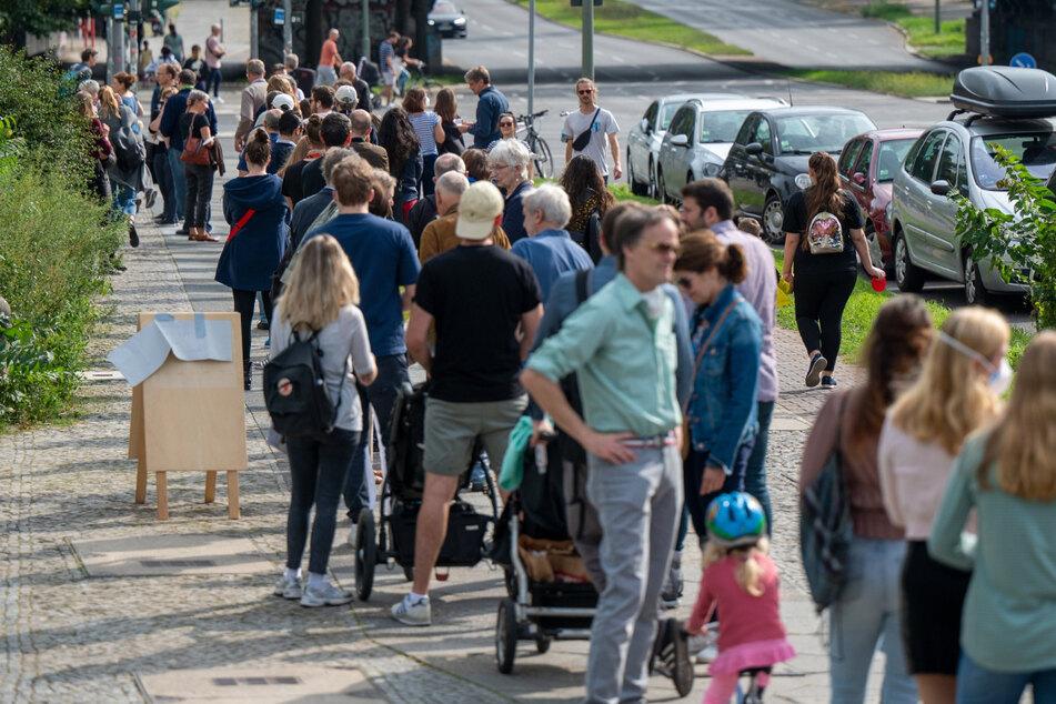 Den ganzen Tag über bildeten sich scheinbar endlose Schlangen vor Wahllokalen.