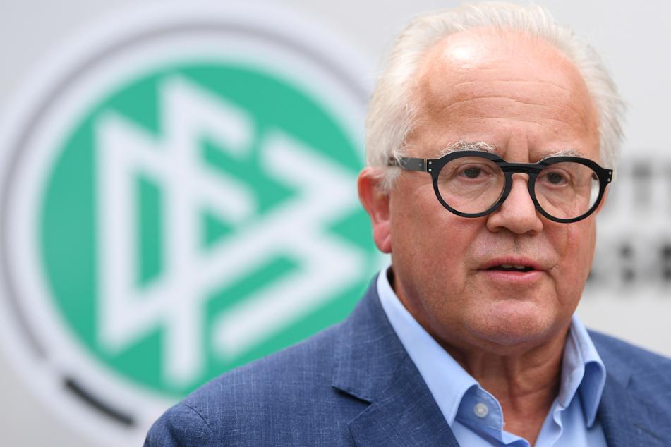 Fritz Keller (64), Präsident des Deutschen Fußball-Bundes (DFB), spricht vor der DFB-Zentrale zu Journalisten.