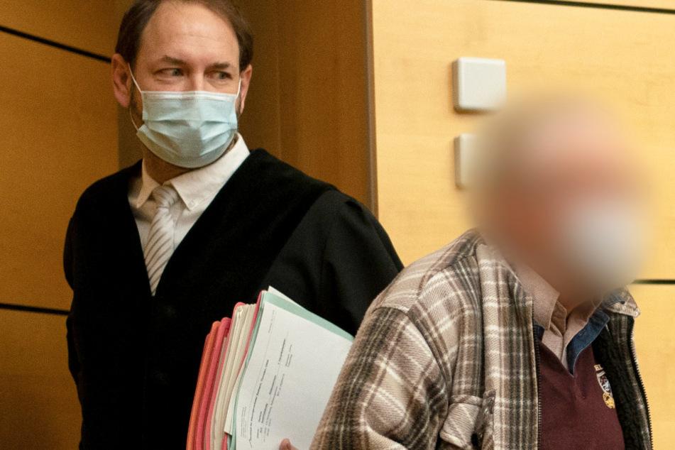 Der Angeklagte (r) wird von seinem Anwalt Norman Jacob (l) am 10. November in den Gerichtssaal geführt.