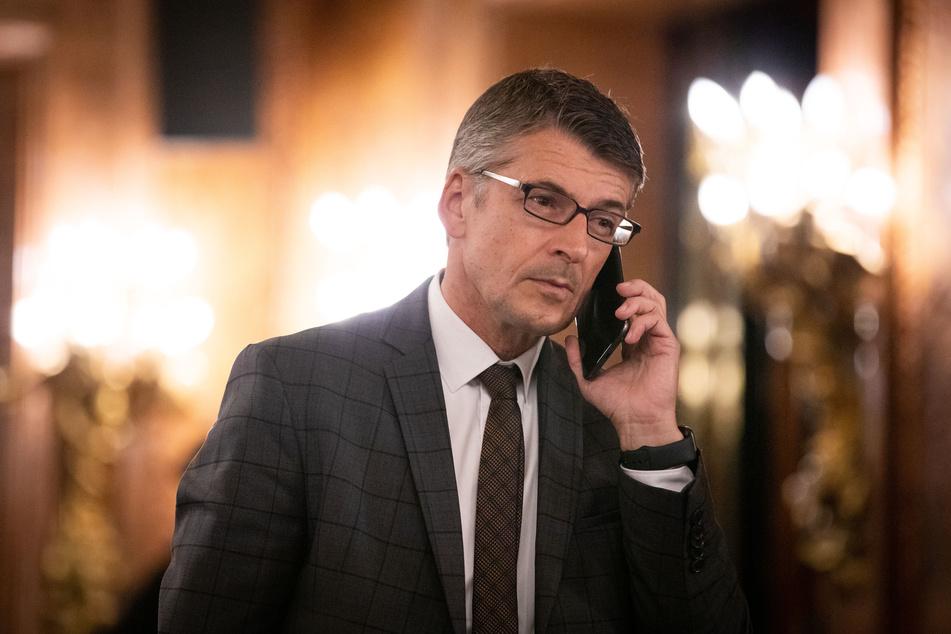 Ralf Martin Meyer, Polizeipräsident in Hamburg, telefoniert vor einer Sondersitzung.