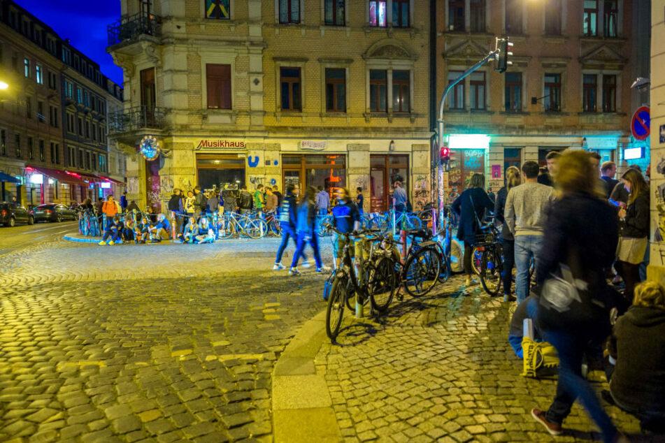 Nachts ist viel los an der Kreuzung Görlitzer Straße/Louisenstraße.