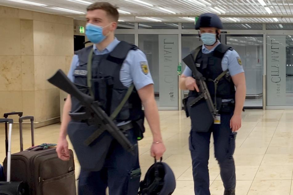 """Frankfurt: """"Ich bringe Euch alle um, Allahu Akbar"""": Großeinsatz der Polizei am Flughafen Frankfurt"""
