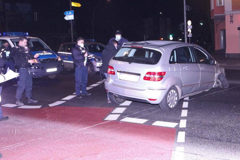 Der Unfallwagen ist mit gebrochener Radaufhängung mitten auf der Kreuzung Baumschulenstraße/Südostallee liegen geblieben.