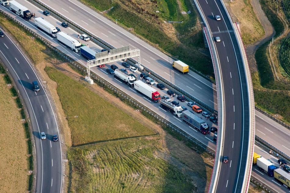 Wegen eines Unfalls kommt es auf der A10 zu Stau. (Symbolbild)